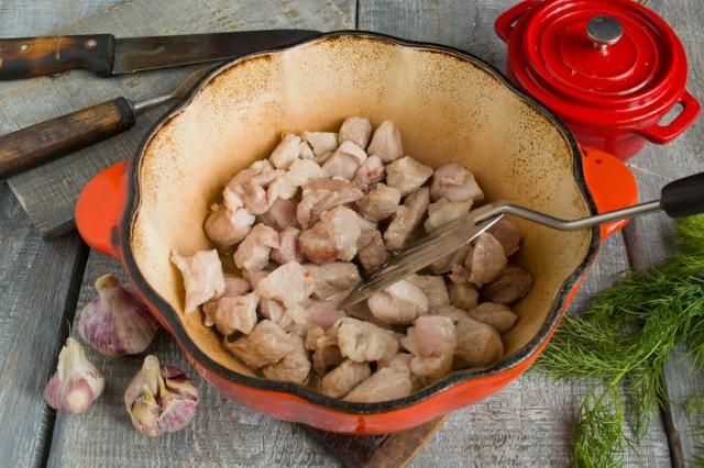 Свинину обжариваем в разогретом растительном масле