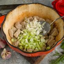 Добавляем ароматные овощи – чеснок и сельдерей