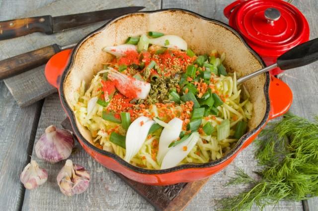 Приправляем блюдо специями и зеленью