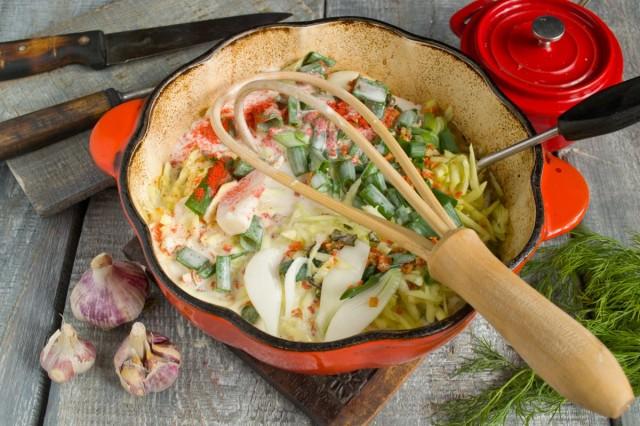 Вливаем соус со сметаны в кастрюлю