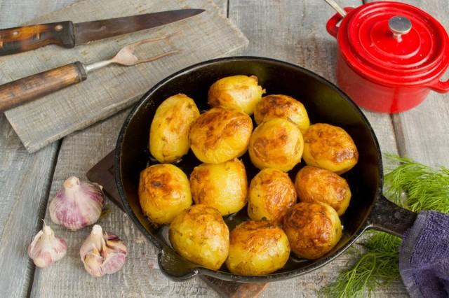 Отвариваем и обжариваем в масле молодой картофель