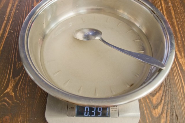 Сахар с водой доводим до кипения