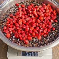 Добавляем землянику и хорошо перемешиваем ягоды