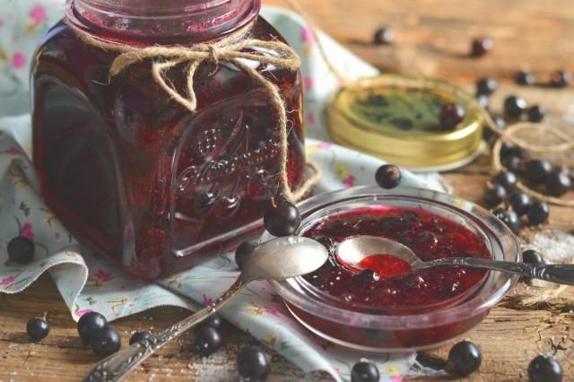 Чёрная смородина с сахаром на зиму «горячего» способа заготовки