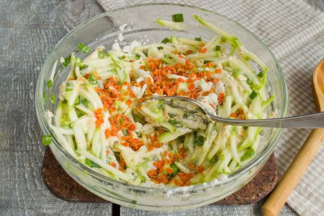 Добавляем крахмал, сушёную морковь и соль