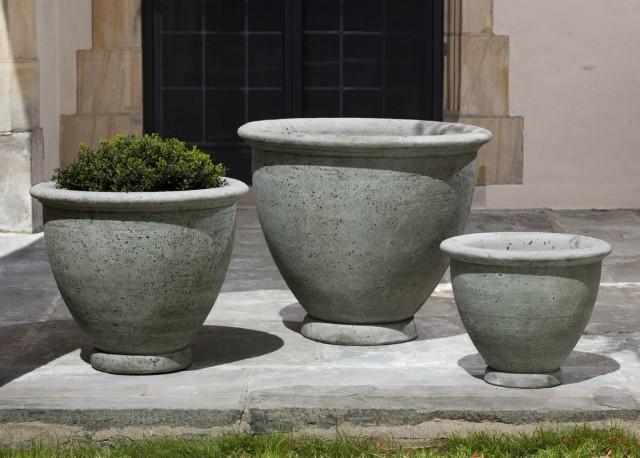 Современные каменные цветочницы - это, как правило, контейнеры из искусственного камня или бетона, но встречаются и «натуральные» экземпляры