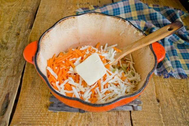 Морковь, корень сельдерея, соль и сливочное масло добавляем в кастрюлю