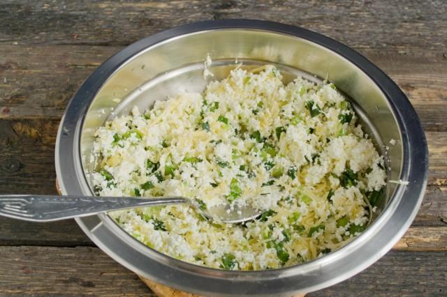 Тщательно перемешиваем начинку, солим и перчим