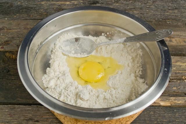 Замешиваем тесто руками в миске, оставляем на 30 минут при комнатной температуре