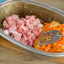 Кусочки свинины обжариваем в стороне от овощей