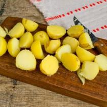 Молодой картофель режем крупными ломтиками