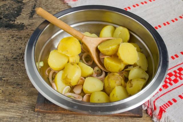 К маринованному луку добавляем молодой картофель