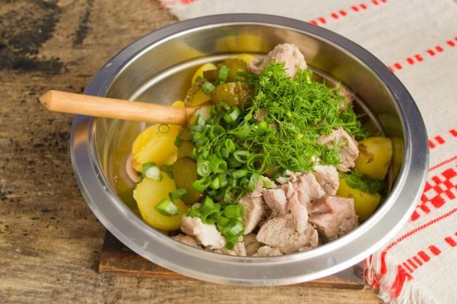 Добавляем зелень по вкусу и солим салат