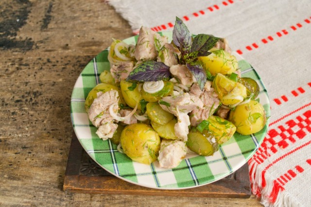 Украшаем салат с картошкой и мясом зеленью и подаём на стол