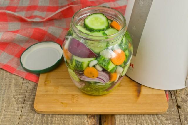 Заполняем банку овощами до самого верха, заливаем кипятком
