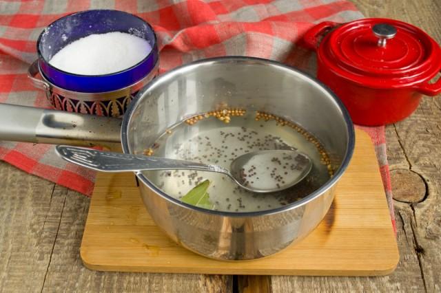 Сливаем воду в сотейник, добавляем специи