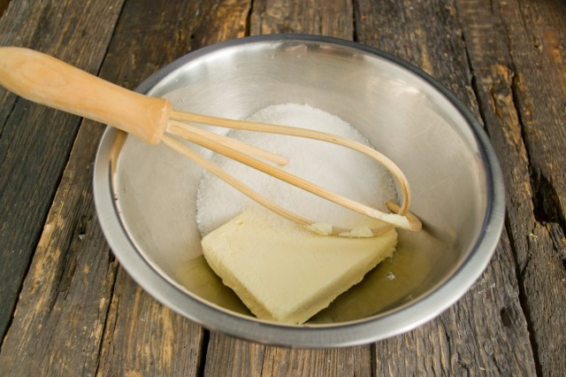 Масло растираем добела с сахарным песком и капелькой ванильного экстракта
