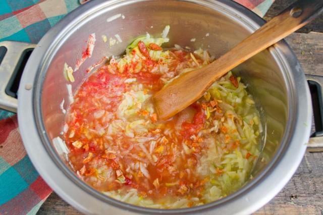 Протираем томаты через сито, добавляем к остальным овощам