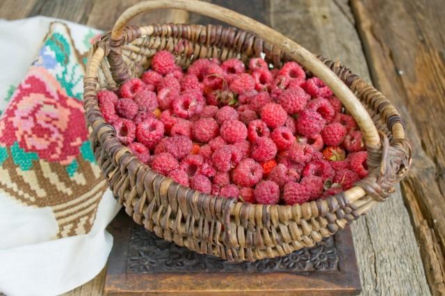 Чистим ягоды, заливаем водой, чтобы избавиться от личинок