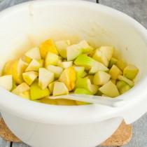 Режем яблочки кубиками, бросаем в тесто