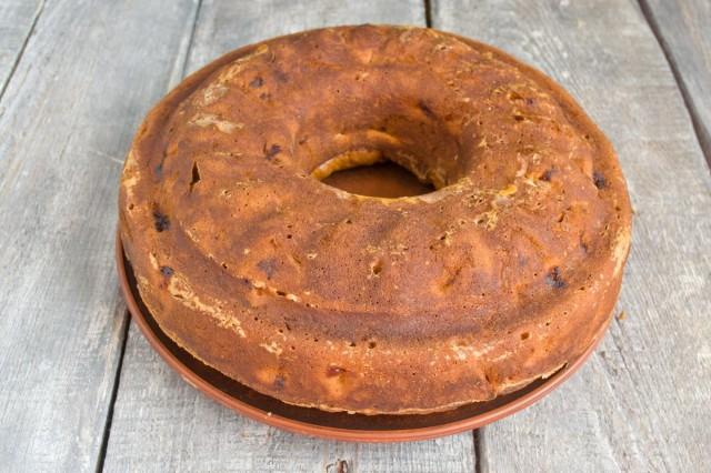 Остужаем пирог 15 минут в форме, затем переворачиваем на тарелку