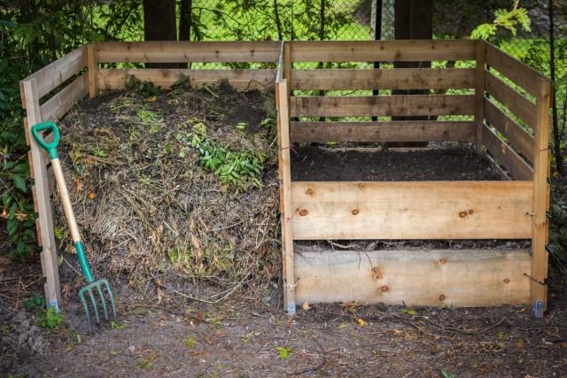 Компостную кучу на зиму укрывают толстым слоем земли, листового опада, торфа или опилок