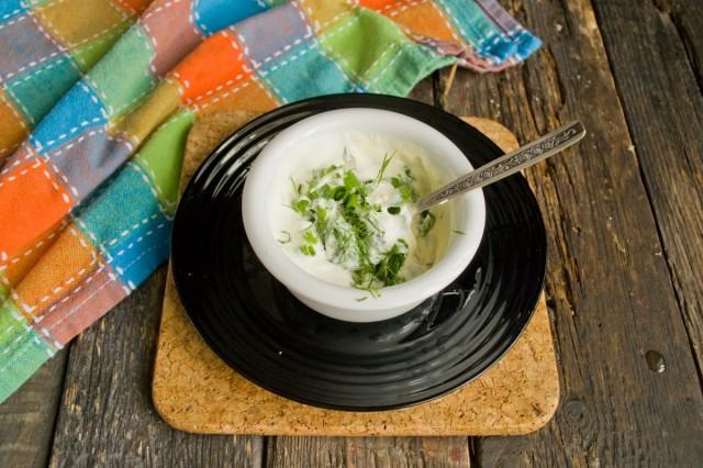 Готовим соус с зеленью, майонезом и сметаной, убираем в холодильник