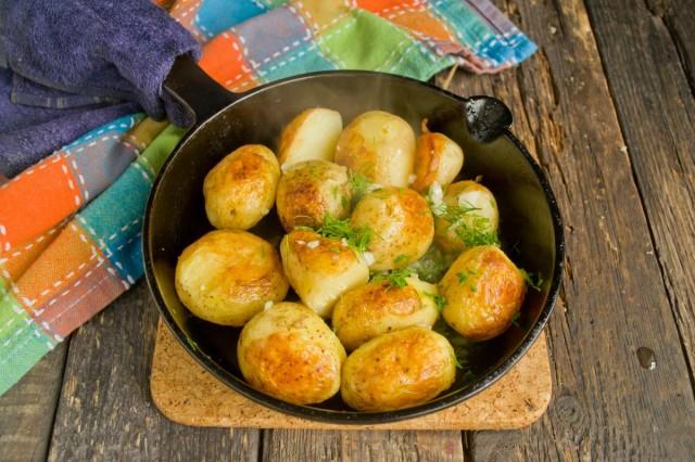 Поджариваем с укропом и чесноком предварительно отваренный картофель