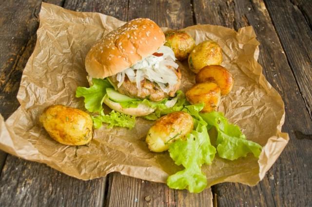 Подаём бургеры к столу с жаренной картошкой