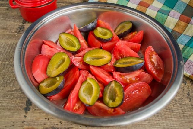 Добавляем половинки слив к помидорам