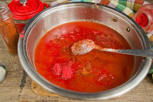 Добавляем соль, сахар, паприку и острый перец, по желанию
