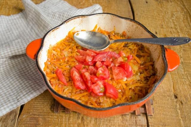 Мякоть томатов режем кубиками, бросаем в жаровню на овощи