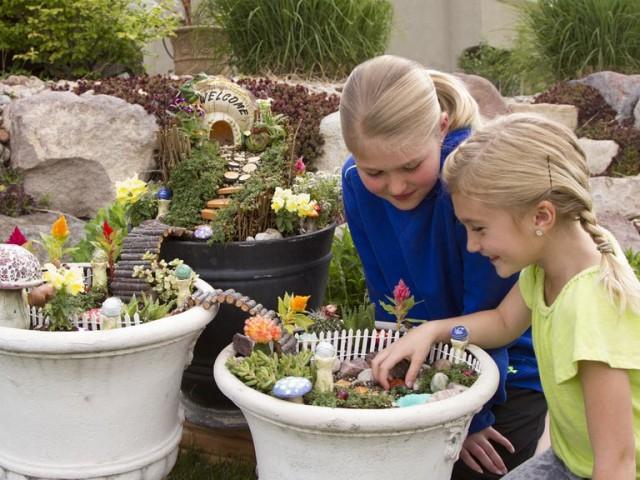 Если участок маленький, контейнерный сад - идеальное решение для детской клумбы