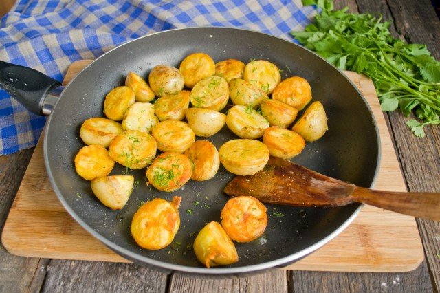На гарнир отвариваем молодой картофель, обжариваем в разогретом топленом масле