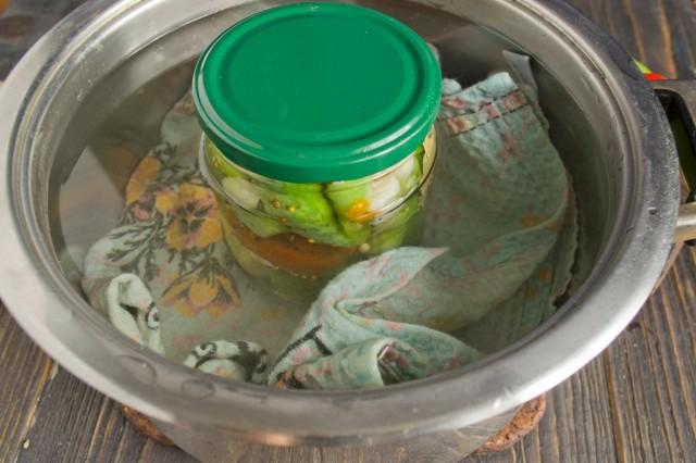 Пастеризуем маринованные огурцы с помидорами 9 минут