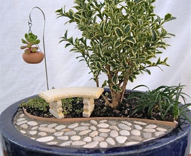Мини-альпинарии и рокарии создают в контейнерах – крупных, декоративных цветочницах или широких и плоских горшках, в специальных каменных вазонах
