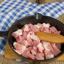 В разогретое масло на сковородке кладём мясо