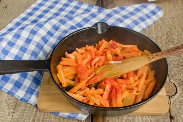 Выкладываем мясо со сковородки, на его место отправляем морковь