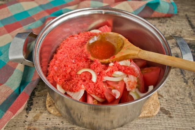 Добавляем пюре из перца в кастрюлю к нарезанным овощам