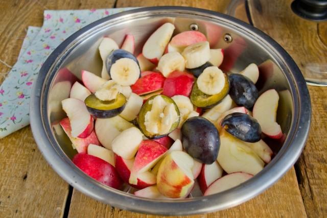 Удаляем косточки из слив, добавляем к фруктам