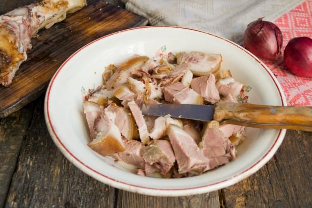 Кладём в глубокую миску нарезанное мясо