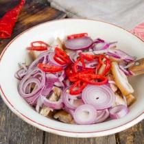 Добавляем порезанный перец к мясу и луку
