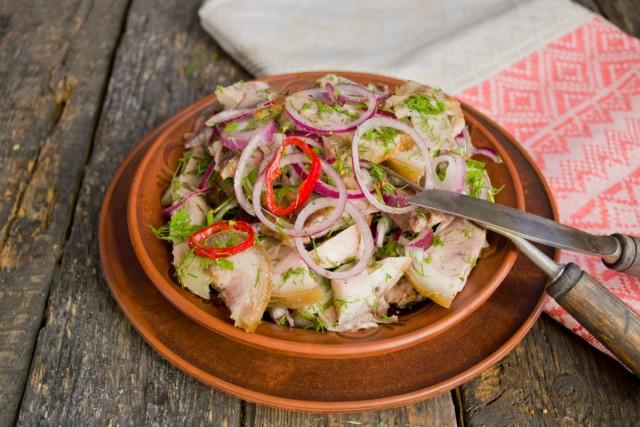Подаём мясной салат со свининой холодным