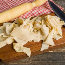 Скатываем тесто в трубочку, нарезаем широкими полосками