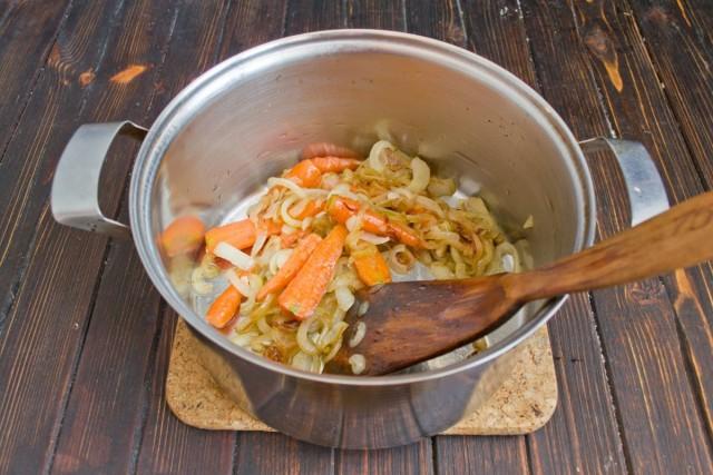 Обжариваем морковку и репчатый лук 10 минут, затем перекладываем овощи в суповую кастрюлю