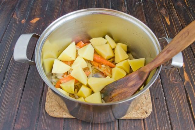 Порезанный кубиками картофель добавляем к обжаренным овощам
