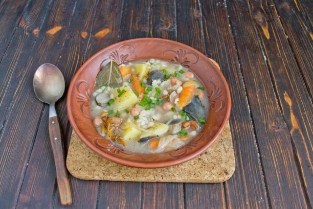 Для подачи грибной суп украшаем зелёным луком, перчим свежесмолотым черным перцем, приправляем сметаной