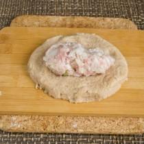 Помещаем мясную котлету в середину лепешки из картофельного теста