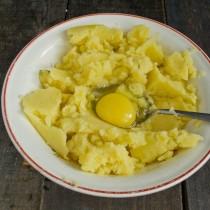 Добавляем яйцо, пшеничную муку и соль