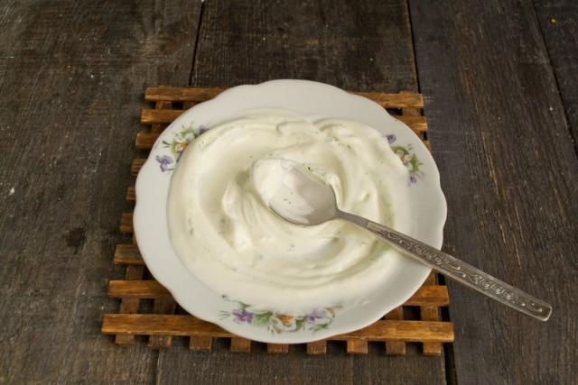 Кладём сметанный соус на тарелку